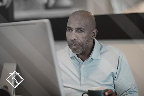 Homem lendo algo no notebook. A imagem ilustra a publicação