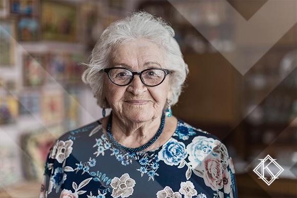 """A imagem mostra uma mulher sorrindo, ilustrando a publicação """"Revisão de Aposentadoria: quando é possível melhorar o benefício?""""."""