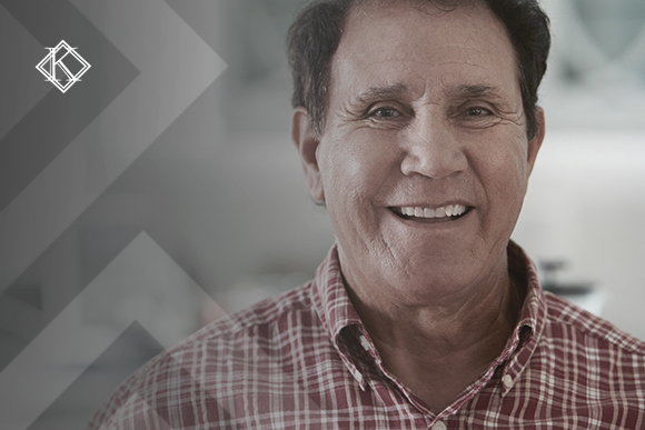 """Retrato de um homem sorrindo. A imagem ilustra a publicação """"Contribuição do INSS de brasileiros no exterior, como funciona?"""", da Koetz Advocacia."""
