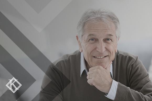 Homem sorrindo e olhando para a câmera. A imagem ilustra a publicação