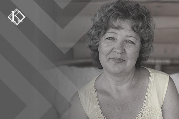 """Mulher sorrindo ilustrando a publicação """"Como se aposentar na Europa com o benefício mais justo e vantajoso?"""", da Koetz Advocacia."""