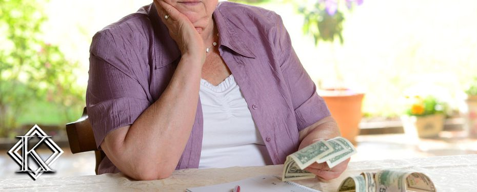 Pessoa sentada contando dinheiro