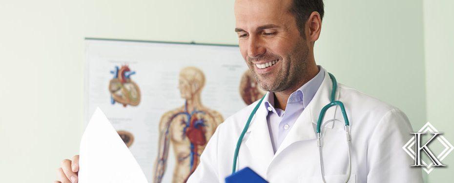 Médico sorrindo e analisando uma pasta