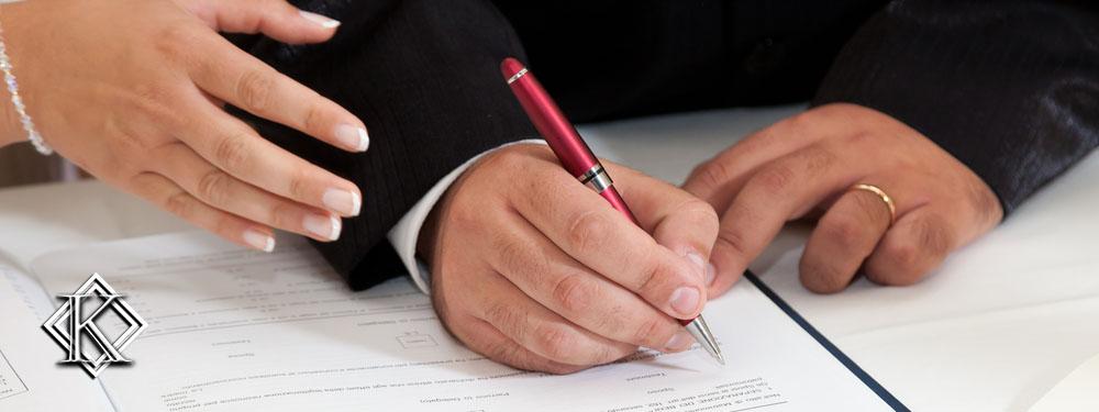 casal assinando documentos de casamento