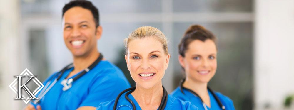 três enfermeiros sorrindo lado a lado
