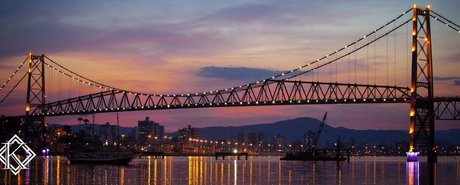 vista noturna da ponte Hercílio Luz em Florianópolis