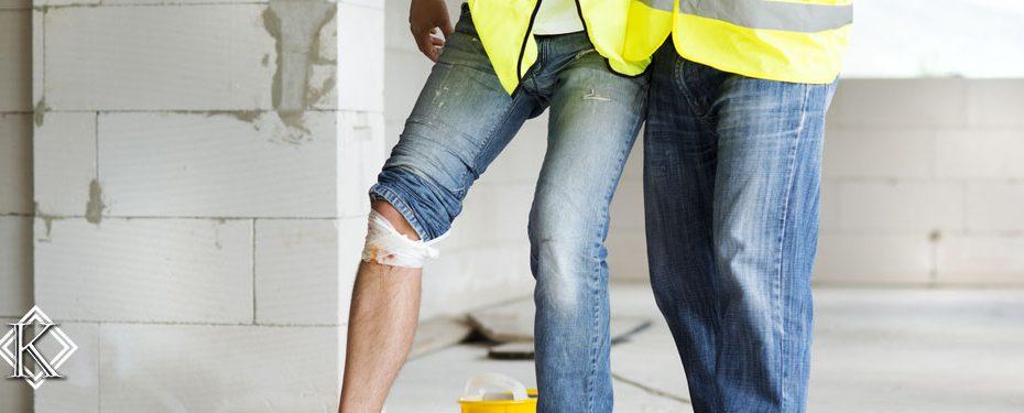 Homem com uniforme de trabalho e a perna ferida