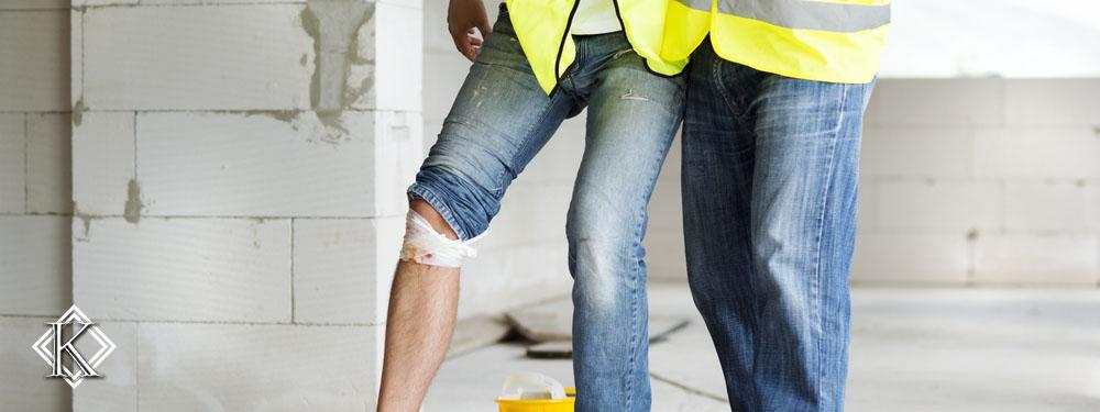 Homem com uniforme de trabalho e com a perna ferida
