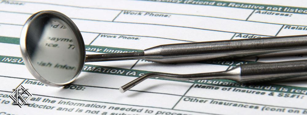 utensílios de dentista sobre formulários de preenchimento