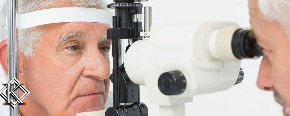 Homem fazendo exame de visão. Saiba porque a cegueira é um dos piores acidentes de trabalho.