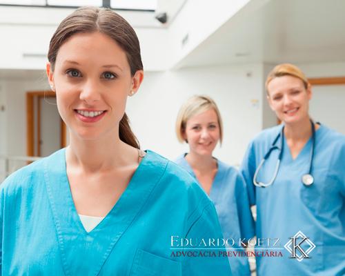 Aposentadoria Especial da Enfermagem: Imagem de três enfermeiras no ambiente de trabalho.