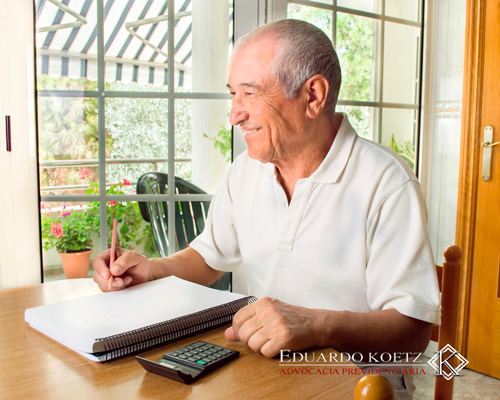 Aposentado calculando imposto de renda