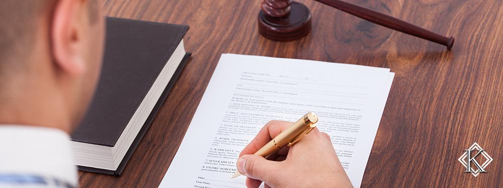 Juiz assinando documento. Veja qual a opinião dos tribunais da região sul a respeito da aposentadoria do servidor municipal com complementação de salário.