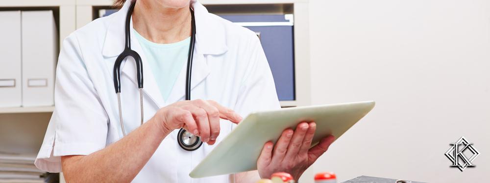 Médica mexendo em tablet com dedo indicador
