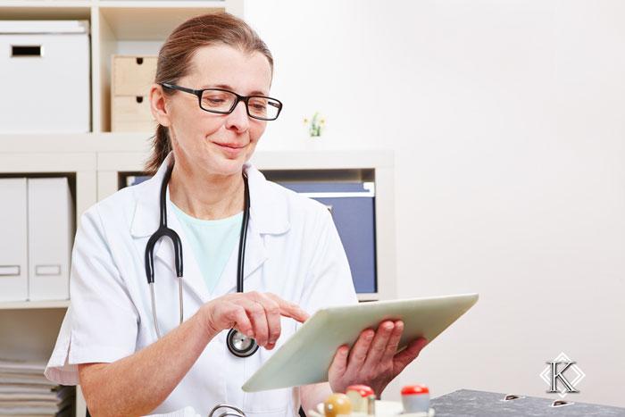 Aposentadoria Especial para Funcionários de Hospitais e Postos de Saúde: Foto de funcionária de Hospital usando um Tablet.