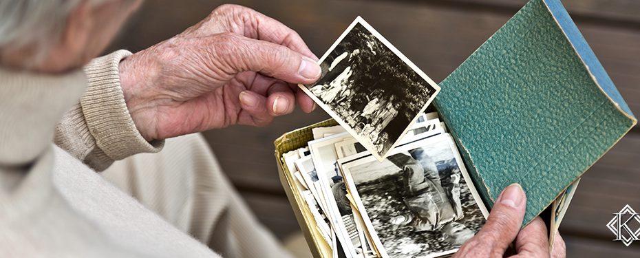 Pessoa idosa olhando fotos antigas