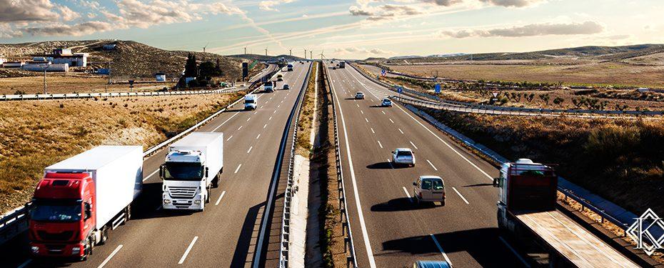 rodovia com diversos carros e caminhões passando. Aprenda mais sobre a aposentadoria do motorista de ônibus e caminhões.