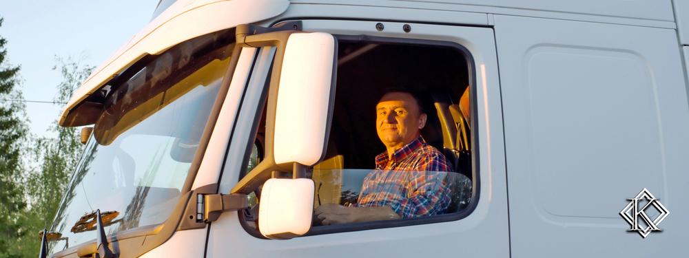 caminhoneiro olhando através da janela do caminhão
