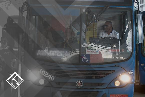 A imagem é uma foto frontal de um ônibus, com o motorista aparecendo à direita. Ilustra a publicação