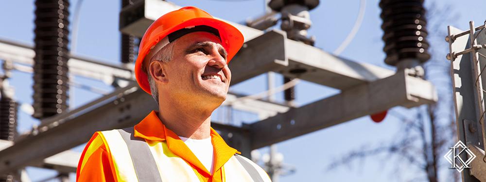 Eletricista em frente à rede elétrica