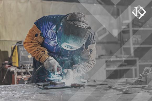 """Metalúrgico trabalhando. A imagem ilustra a publicação """"Aposentadoria do Metalúrgico: 4 Dicas para conquistar o melhor benefício"""", da Koetz Advocacia."""