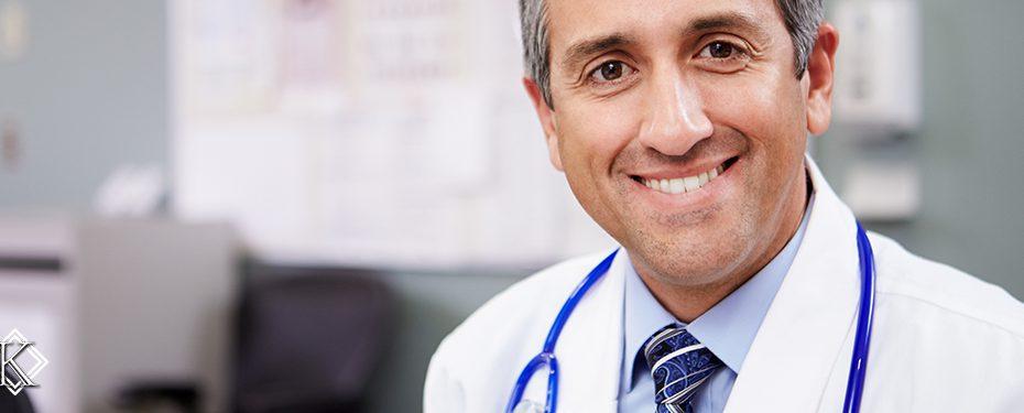 Médico sorrindo com estetoscópio pendurado no pescoço