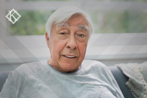 """A imagem mostra um homem sorrindo e ilustra a publicação """"É melhor aposentar agora ou esperar? Entenda perigos e vantagens"""", da Koetz Advocacia."""