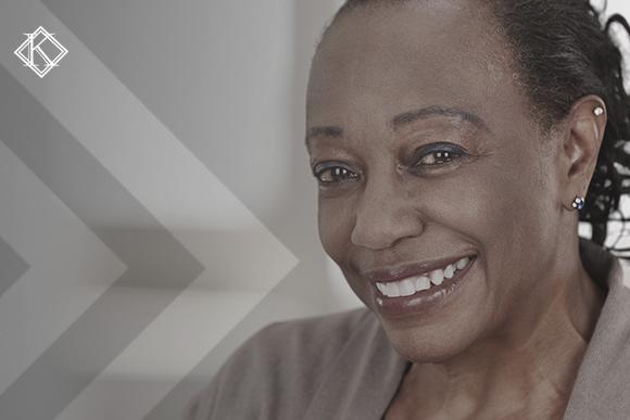 """Retrato de mulher sorrindo, ilustrando a publicação """"Trabalho no exterior conta para aposentadoria"""", da Koetz Advocacia."""