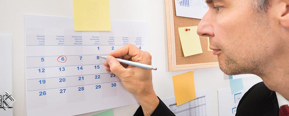 Homem riscando data em calendário