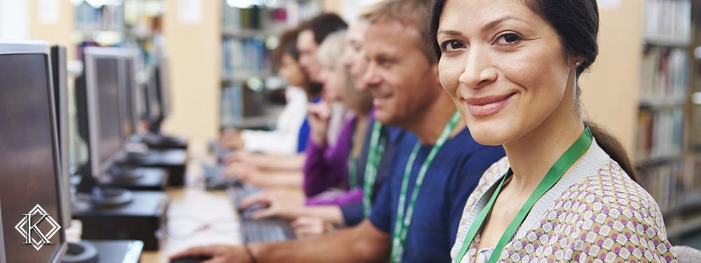 Grupo de pessoas trabalhando em frente a computadores