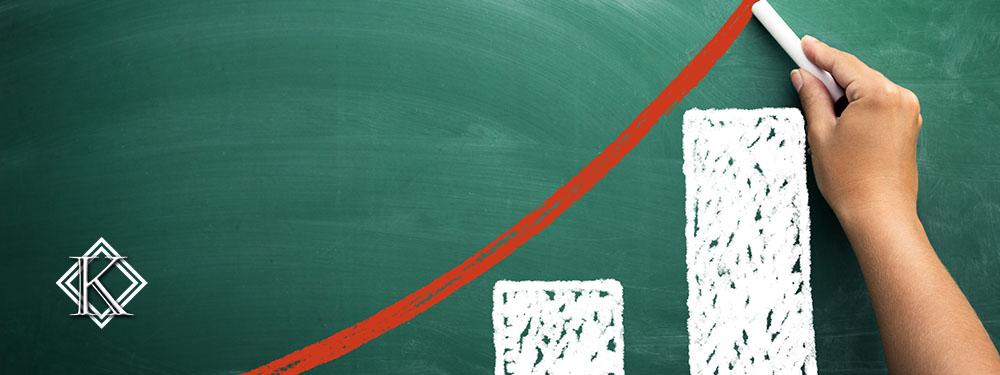 Um gráfico crescente desenhado com giz branco em um quadro negro para representar a melhoria da aposentadoria de um funcionário público
