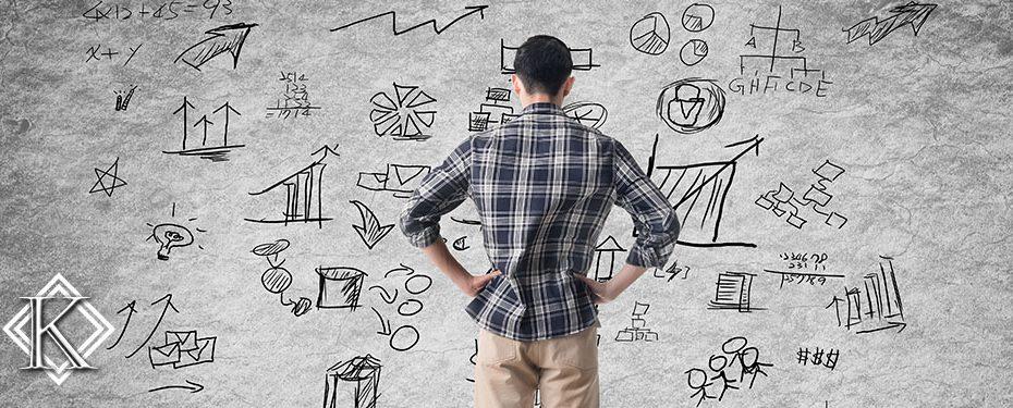 Jovem olhando para parede rabiscada com diversas ideias simbolizando o planejamento de uma etapa importante a ser seguida