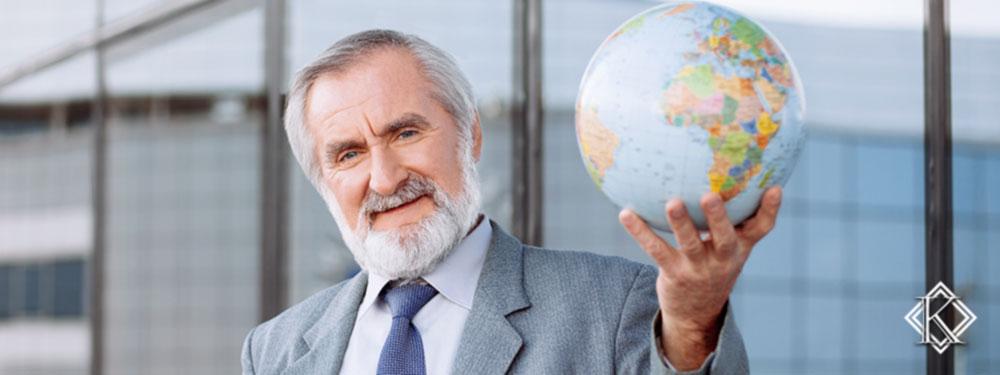 Senhor de terno e gravata segurando um globo terrestre simbolizando a garantia de direitos do INSS para Brasileiros no exterior
