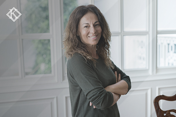 A imagem mostra uma mulher sorrindo e ilustra a publicação