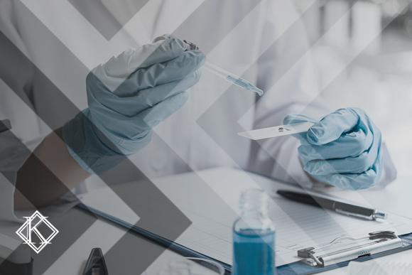 """Imagem de mãos operando químicos em laboratório. A imagem ilustra a publicação """"Insalubridade: o que é e como provar para a aposentadoria?"""", da Koetz Advocacia."""