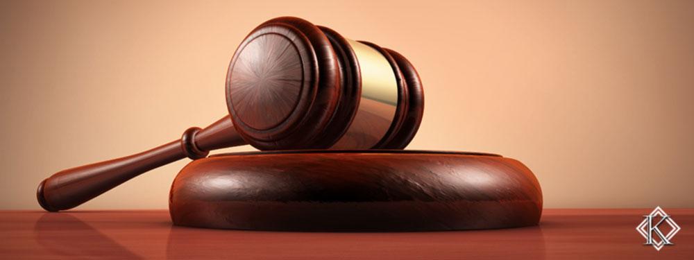 Martelo de juiz repousado simbolizando as novas regras para aposentadoria que foram aprovadas