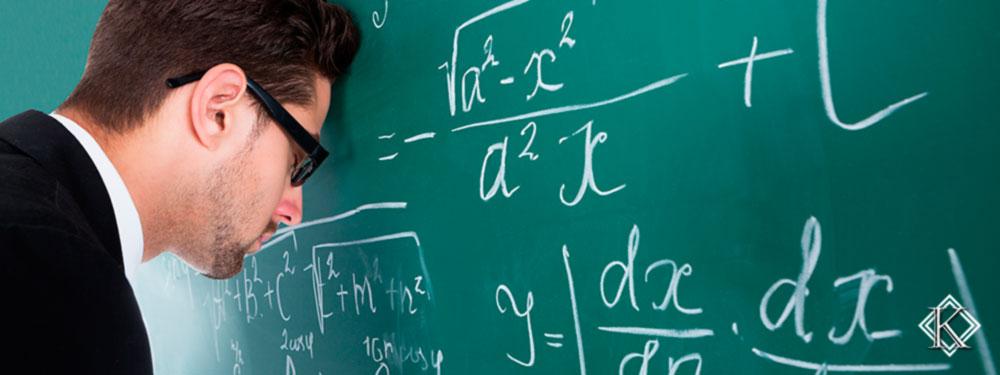 Professor desanimado com a testa escorada em quadro negro, representando as dificuldades no processo da aposentadoria do professor concursado