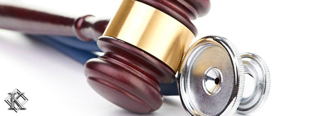 Um martelo de juiz junto com um estetoscópio médico representando julgamentos favoráveis à aposentadoria especial para quem atua em profissões da área da saúde