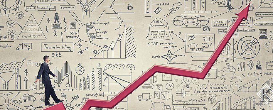 Uma parede branca com diversos planos rabiscados, um gráfico vermelho crescente e um homem de terno caminhando pelo gráfico em direção ao topo, representando o alto retorno financeiro que pode ser gerado pela aposentadoria planejada