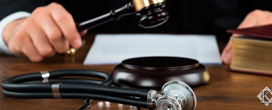 Martelo de Juiz batendo próximo a um estetoscópio, simbolizando a decisão do STJ de permitir que o médico possa trabalhar aposentado após a aposentadoria especial de médico.