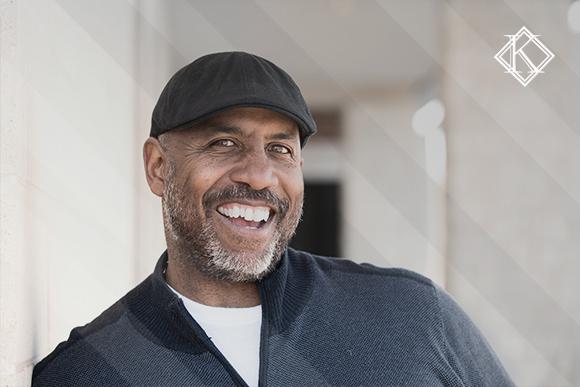 Homem sorrindo. A imagem ilustra a publicação