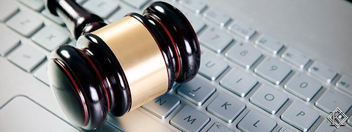 Martelo de juiz sobre teclado de computador ilustrando ADVOGADO PREVIDENCIÁRIO: 4 CASOS DE CONTRATAÇÃO ONLINE.