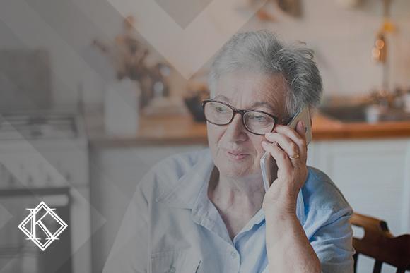 Mulher sorrindo e falando ao telefone. A imagem ilustra a publicação