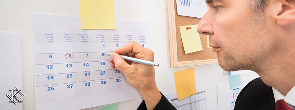 Homem com caneta riscando data no calendário exemplificando o período que podeem ser contabilizados os requisitos para a complementação de aposentadoria.