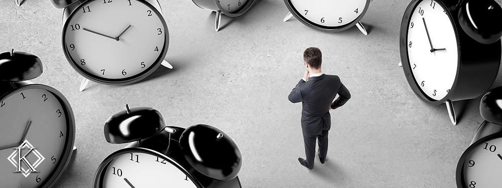 Um homem confuso de terno e gravata em pé em meio à diversos relógios gigantes, demonstrando as complexidades de determinar quanto tempo demora um processo previdenciário.