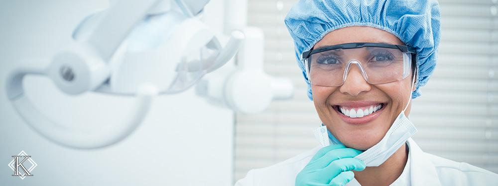 Uma denstista sorrindo em seu consultório, representando a facilitação proporcionada pelo planejamento de aposentadoria