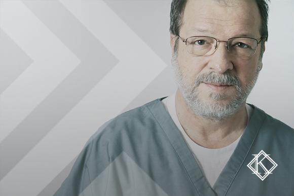 """A imagem mostra um profissional da saúde olhando para a câmera. A imagem ilustra a publicação """"Aposentadoria especial para servidores da saúde: como garantir?"""" da Koetz Advocacia."""