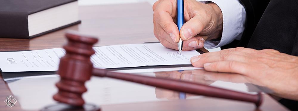 Uma mesa com um martelo de juiz repousado e um juiz assinando um papel, representando o favorecimento do STJ nas ações de reintegração de servidor público.