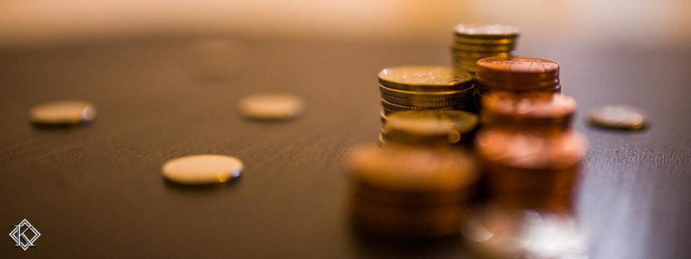 Pilha de moedas sobre uma mesa, representando a autonomia do INSS