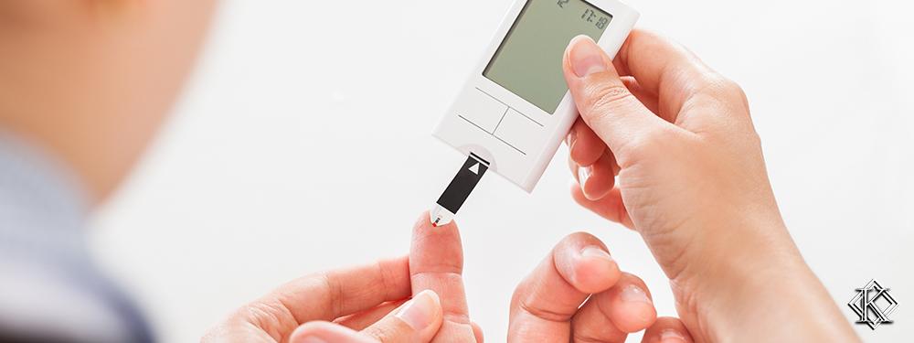 Paciente fazendo coleta de sangue para verificar quantidade de insulina. Foto ilustra uma pessoa em situação de, talvez, poder conseguir aposentadoria por diabetes.